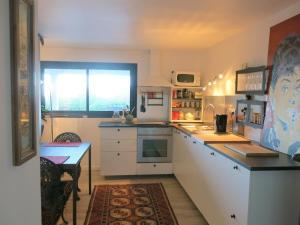 A kitchen or kitchenette at Appartement tout confort refait à neuf