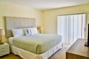 A bed or beds in a room at Ocean Vacation Homes