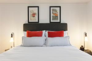 A bed or beds in a room at Boutique Stays - Wellington Mews, Apartment in East Melbourne