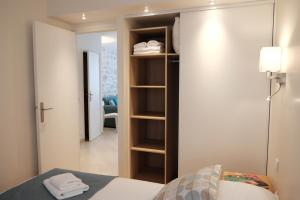A bed or beds in a room at Jardin Saint Honoré Apartments