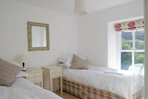 A bed or beds in a room at Bronfelin & Troed-y-Rhiw Holiday Cottage