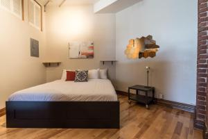 A bed or beds in a room at Sonder — Jeanne-Mance Park