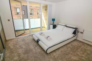 A bed or beds in a room at Apartment Wharf - Cambridge Av