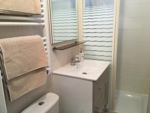 A bathroom at Appartement de charme proche parc du Château de Fontainebleau