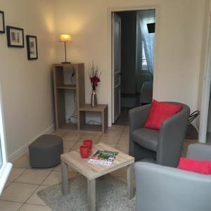 A seating area at Appartement de charme proche parc du Château de Fontainebleau