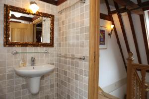 A bathroom at Hendrick de Keyser Apartment