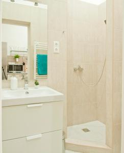 Bathroom sa Bright flat in heart of the city