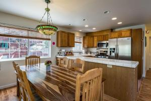 A kitchen or kitchenette at Lower Cascades