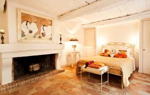 A bed or beds in a room at Maison Jolie