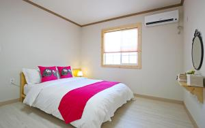 A bed or beds in a room at Destino Pension Gyeongju