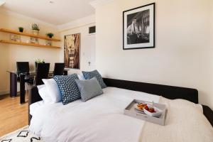 A bed or beds in a room at The Kempsford Garden Apartment
