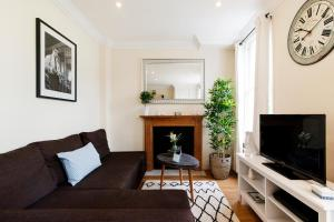 A seating area at The Kempsford Garden Apartment
