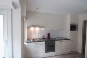 Een keuken of kitchenette bij Apartment Duinenblik 3