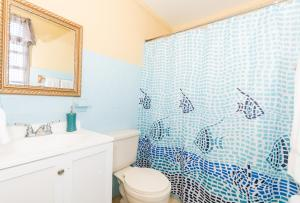 A bathroom at Toque al Atlantico Family Inn