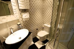 A bathroom at Hotel Odeon