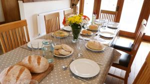 A restaurant or other place to eat at Beacons View Farm Cottages