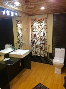 Jewel in Crown Houseboats