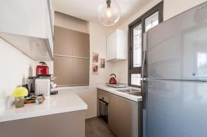 A kitchen or kitchenette at Sweet Inn Apartment - King David 10