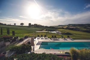 Ein Blick auf den Pool von der Unterkunft Corte Campioli Hotel & Country House oder aus der Nähe