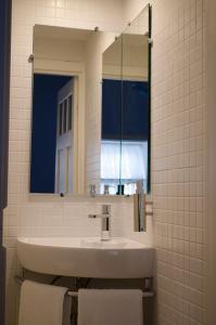 Uma casa de banho em Porto.arte downtown apartment