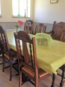 A restaurant or other place to eat at Holiday home La Ransonniere de Bas