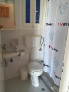 Een badkamer bij Aprilis Apartments
