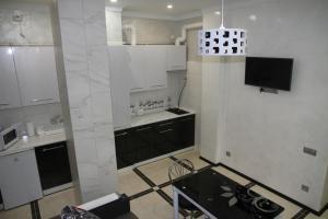Кухня или мини-кухня в Elit Apartments on Shashkevycha