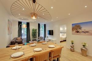 A restaurant or other place to eat at Pick a Flat - Champs Elysees / Percier Apartment