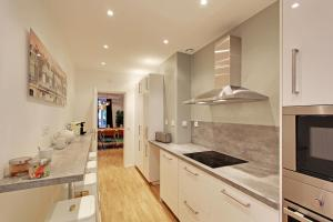 A kitchen or kitchenette at Pick a Flat - Champs Elysees / Percier Apartment