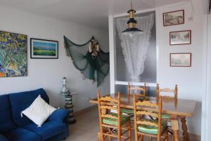 The lounge or bar area at Apartamento L Escala