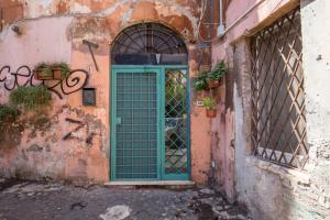 La Porta Verde Del Vicolo
