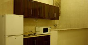 A kitchen or kitchenette at Al Muhaidb For Hotel Apartments 25