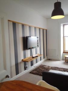 A television and/or entertainment center at Traditional Apartment West End Hydro