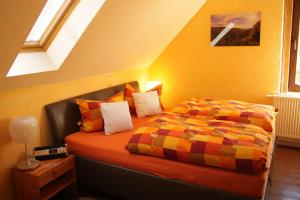 A bed or beds in a room at Ferienwohnung Zum Trappen