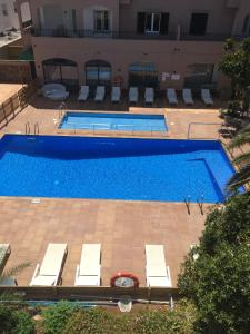 A view of the pool at Apartamentos Royal Life or nearby