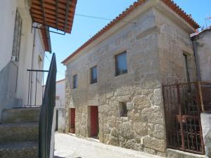 The facade or entrance of Casa do O - Alojamento Local