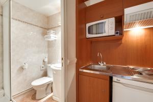 A bathroom at Pavillon Courcelles Parc Monceau