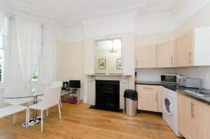A kitchen or kitchenette at Little Venice 2 Bedroom