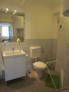 A bathroom at Taban Apartment