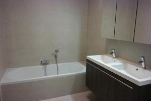 Ein Badezimmer in der Unterkunft Royal Gardens