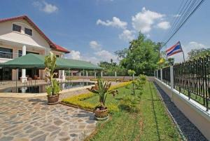 (Large Beautiful House by a Lake in Chaiyaphum)