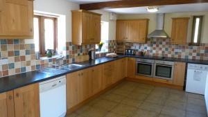 A kitchen or kitchenette at Beacons View Farm Cottages