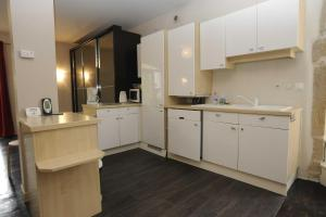 A kitchen or kitchenette at Appartement La Poulotte