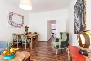 A seating area at GreatStay Apartment - Rheinsbergerstr.