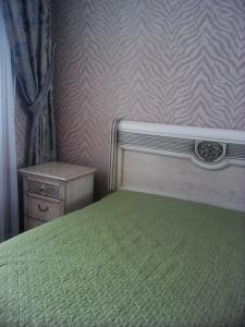 Кровать или кровати в номере Apartment on Partizanskaya 55