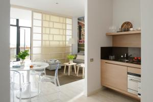 A kitchen or kitchenette at Eric Vökel Boutique Apartments - Amsterdam Suites