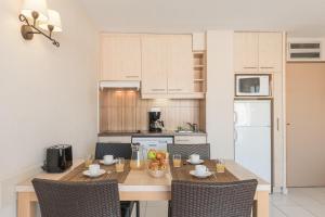 A kitchen or kitchenette at Résidence Pierre & Vacances Cap Hermès