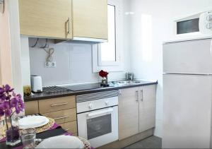 A kitchen or kitchenette at bcn4days 24/7 Apartments