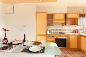A kitchen or kitchenette at Appartement le Méridien