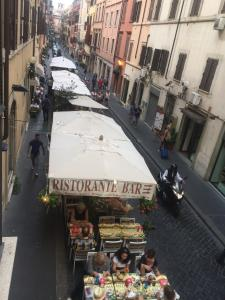 A restaurant or other place to eat at Piazza di Spagna Rome Apartments